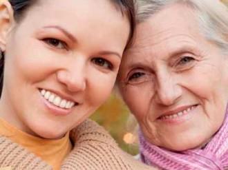 chica con su abuela