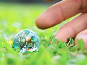 mano con bola del mundo