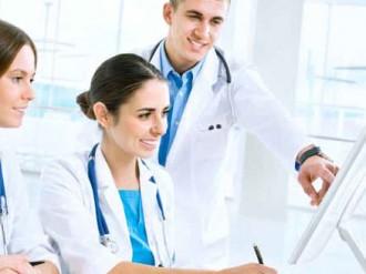 medicos alrededor de un ordenador