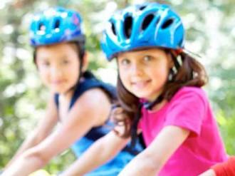 niños montando el bici