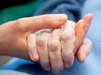 mano joven sosteniendo mano de anciano
